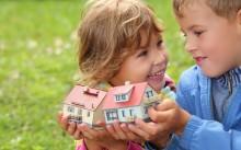 Дети и игрушечные домики
