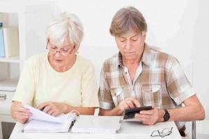 Пенсионеры производят расчеты на калькуляторе