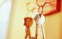 Ключ от квартиры на крючке