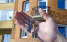 Ключи от квартиры на фоне жилого дома