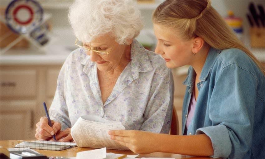 Девушка с пожилой женщиной