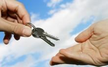 Протянутые руки к ключу