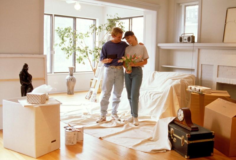 муж и жена в новой квартире