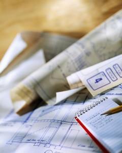 Блокнот, ручка и чертежи